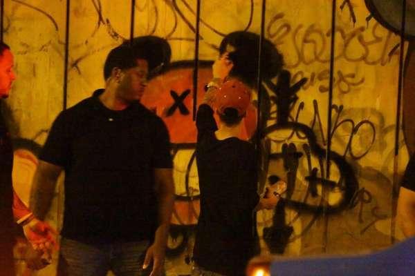 Justin Bieber foi fotografado enquanto grafitava um muro em São Conrado, no Rio de Janeiro, na noite dessa segunda-feira (4)