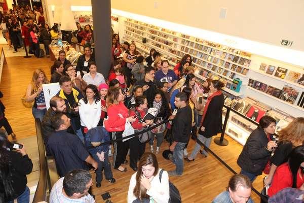 Fãs de Leonardo fizeram fila para conseguir chegar perto do cantor na noite de autógrafos de sua autobiografia, 'Não Aprendi Dizer Adeus', em São Paulo, na noite desta quarta-feira (6), na Livraria Cultura do Shopping Iguatemi