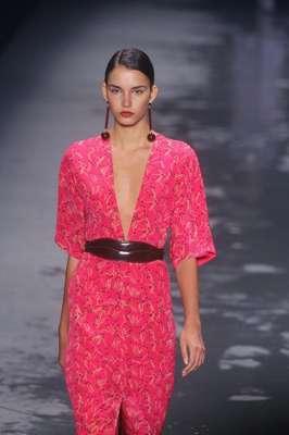 Andrea Marques apresentou sua coleção de inverno neste sábado (09), último dia de Fashion Rio. A estilistaaposta nassilhuetas alongadas em tons quentes como pink, açafrão e avermelhados, misturados a brancos e pretos