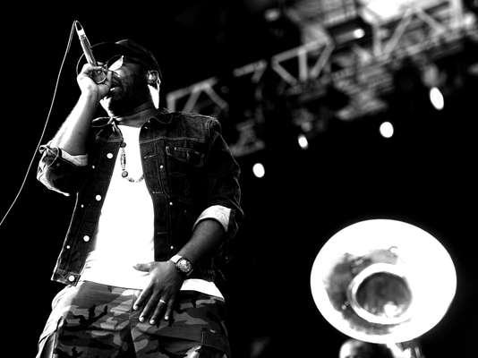 Quem não conhece o The Roots e foi ao show do grupo esperando ver apenas o básico do hip hop no palco Smirnoff do Planeta Terra 2013 teve uma bela surpresa