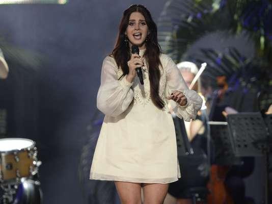 Com boa parte do público do Planeta Terra de seu lado, Lana Del Rey abriu seu show às 19h30 deste sábado