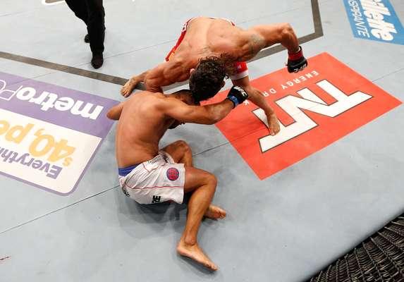 Com atuação avassaladora, Vitor Belfort impôs o primeiro nocaute da carreira de Dan Henderson no UFC Fight Night 32, disputado em Goiânia (GO)