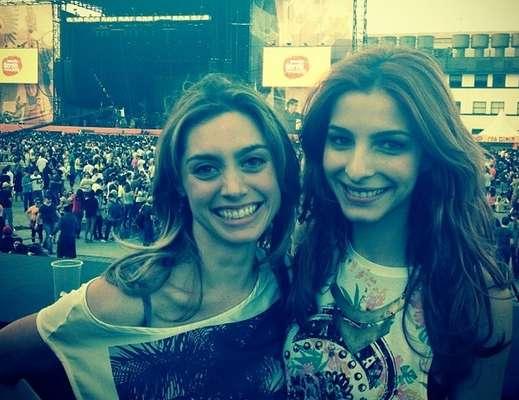 Alguns famosos postaram fotos nos bastidores do Planeta Terra Festival. As atrizes Michelle Batista e Juliana Schalch, que atuam juntas no seriado 'O Negócio', da TV a cabo HBO, assistiram juntas ao show de Lana Del Rey