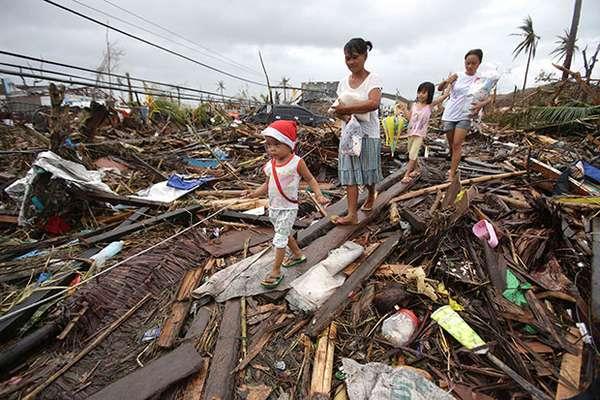 El tifón más poderoso del año azotó el viernes a Filipinas y provocó miles de muertos, además de causar aludes de tierra e interrumpir el servicio eléctrico y las comunicaciones en varias provincias de la región central.