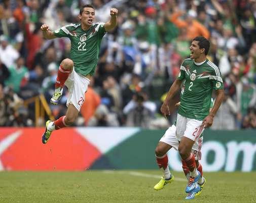 Aguilar comemora gol do México em goleada sobre a Nova Zelândia na repescagem à Copa do Mundo de 2014