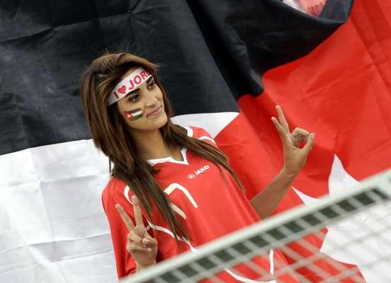 As torcidas de Jordânia e Uruguai compareceram em bom número ao Estádio Internacional de Amman, para o jogo de ida da repescagem para a Copa do Mundo de 2014. Máscaras, pinturas e cartazes não faltaram na partida