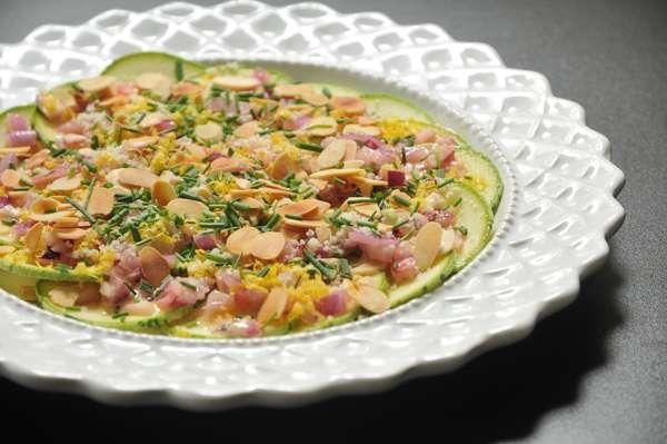 Carpaccio de abobrinhas marinadas em vinagrete dijon e pão sueco (R$ 19,90 - 2 pessoas)