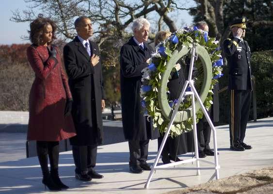 O presidente americano, Barack Obama (segundo a esquerda), a primeira-dama, Michelle, o ex-presidente Bill Clinton e sua mulher, Hillary, participam de cerimônia para depositar coroa de flores no túmulo do ex-presidente John F. Kennedy, no Cemitério Nacional de Arlington, Virgínia. Os casais Obama e Clinton homenagearam Kennedy às vésperas do 50º aniversário da morte dele. JFK foi morto em 22 de novembro de 1963