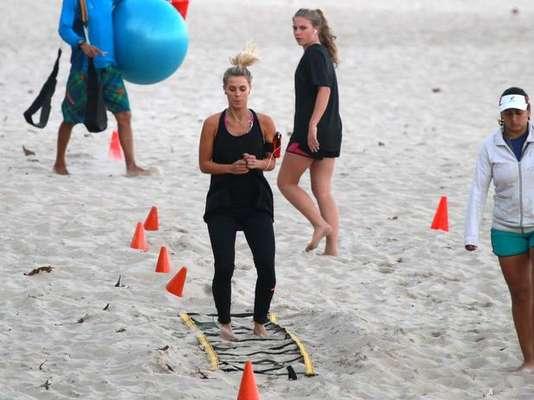 A atriz Carolina Dieckmann é uma entre as várias famosas que adotaram o treino funcional na praia como atividade física