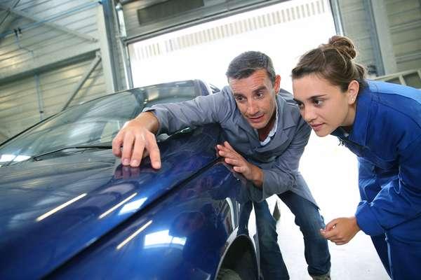Um caminho para a personalização do carro é o adesivamento automotivo