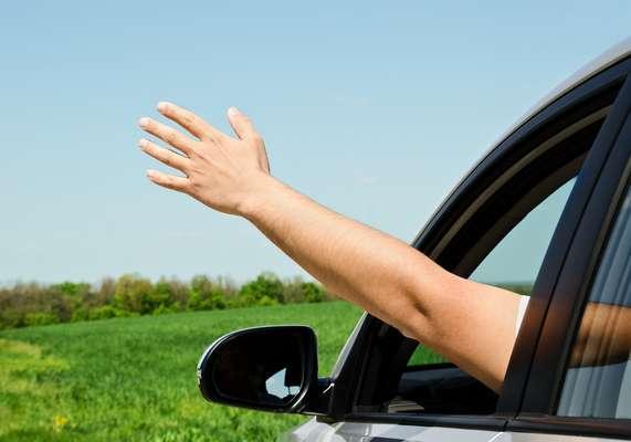 O condutor que for flagrado dirigindo com o braço do lado de fora estará cometendo infração média