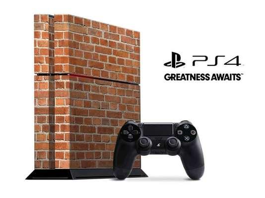 """Fãs do Xbox One e do Playstation 4 travaram uma """"guerra e memes"""" logo nas primeiras horas da madrugada desta sexta-feira (22) ironizando seus rivais com os lançamentos da Sony e Microsoft"""