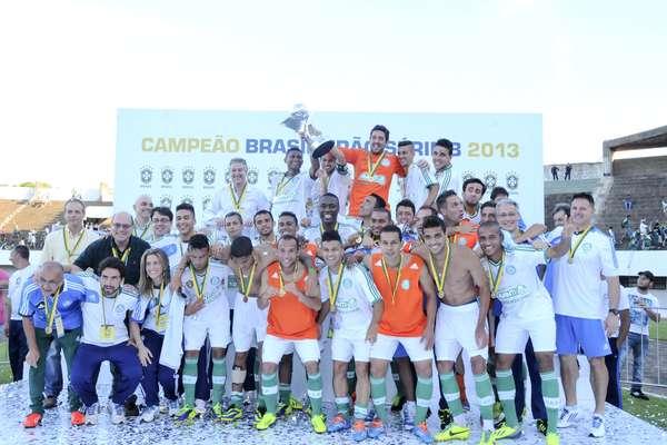 Campeão da Série B com três rodadas de antecedência, o Palmeiras levantou a taça neste sábado,em Campo Grande, no Mato Grosso do Sul. O time paulista enfrentou o Ceará e venceu por 4 a 1, de virada