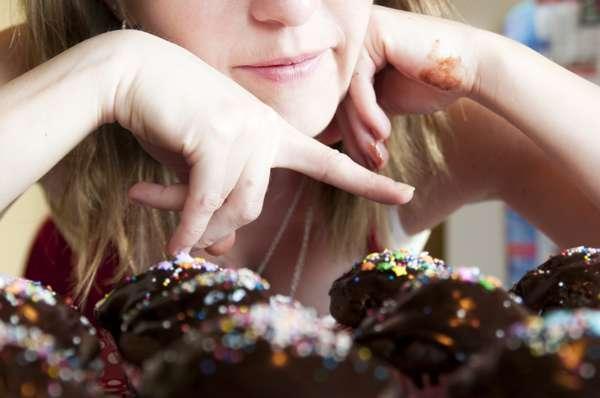 1. Escolha com cuidado as calorias extrasSe você for experimentar um pedacinho de cada doce disponível em uma confraternização, com certeza vai acabar sofrendo com a balança depois. A solução: analise todas as opções, faça uma lista das suas favoritas, sem as quais você não pode viver. Agindo com equilíbrio, você provavelmente vai deixar de ganhar centenas de calorias