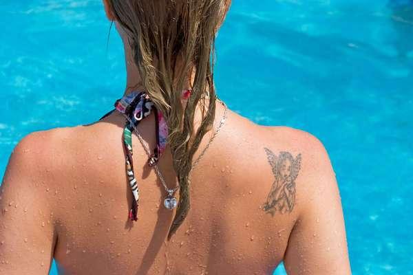 Quem possui tatuagens deve ter uma rotina de cuidados especial com a pele para protegê-la dos efeitos nocivos do sol que prejudicam o desenho