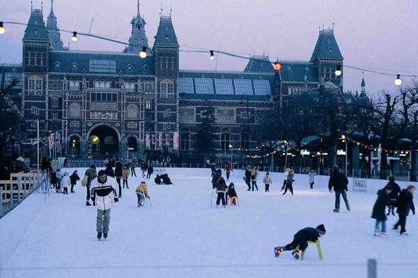 Amsterdã, HolandaA lenda de Santa Claus (Sinterklaas em holandês) é forte em Amsterdã, que ganha belas iluminações natalinas desde o começo de dezembro. A neve que costuma cair no final do ano, os mercados e as pistas de patinação no gelo colaboram para dar um charme especial à capital holandesa durante o Natal