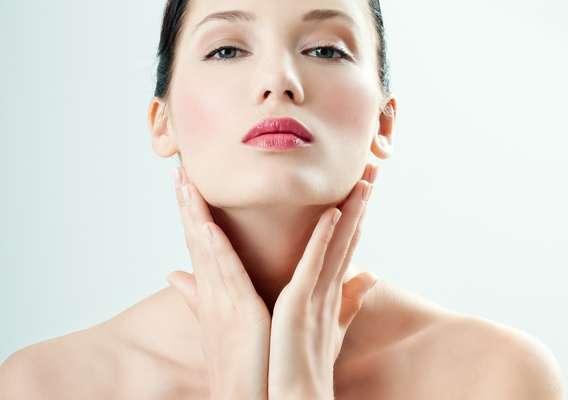Tratamento usa toxina botulínica para rejuvenescer a área do pescoço e evitar a formação da papada