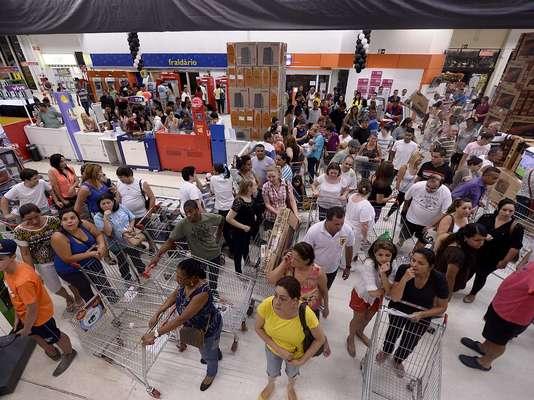 A Black Friday em um supermercado na zona oeste de São Paulo começou ainda na noite de quinta-feira