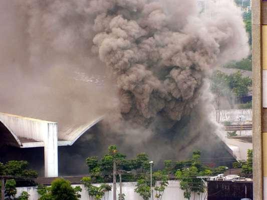 Um incêndio atinge na tarde desta sexta-feira o Memorial da América Latina, na avenida Auro Soares de Moura Andrade, na Barra Funda, zona oeste de São Paulo