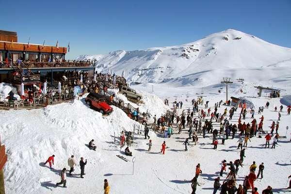 Um dos destinos procurados pelos brasileiros para esquiar é o Valle Nevado. O aluguel de equipamentos adequados para adultos esquiarem, na alta temporada, custam a partir de 28 mil pesos chilenos (aproximadamente R$125)