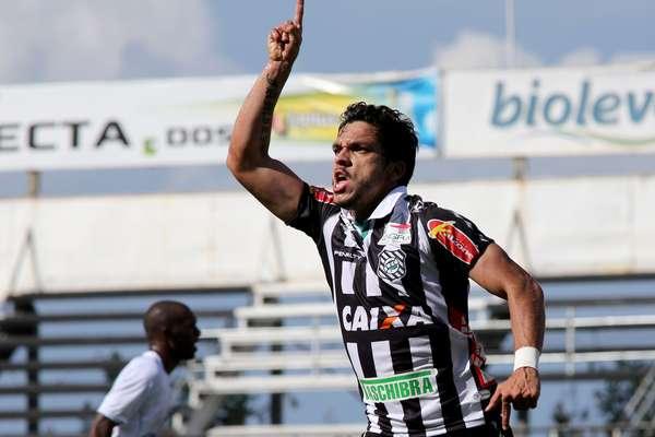 Éverton Santos comemora gol em jogo que garantiu o acesso ao Figueirense