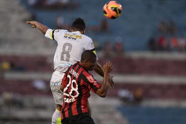 Com Cícero como grande destaque, Santos conseguiu virada por 2 a 1 sobre o Atlético-PR para garantir posto de melhor paulista do Brasileiro