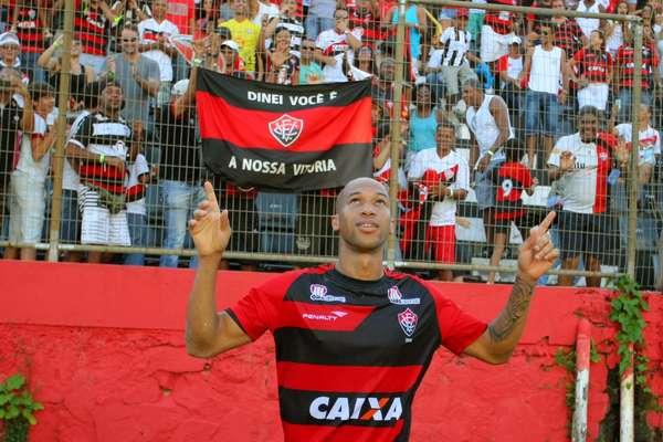 Dinei fez dois gols e uma assistência no triunfo por 4 a 2 do Vitória sobre o Flamengo