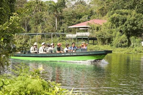 A Ancon Expeditions, principal agência de ecoturismo do Panamá, organiza passeios de lancha entre as ilhas formadas pela inundação de uma área de 423 km2 de floresta tropical que deu origem ao lago Gatun