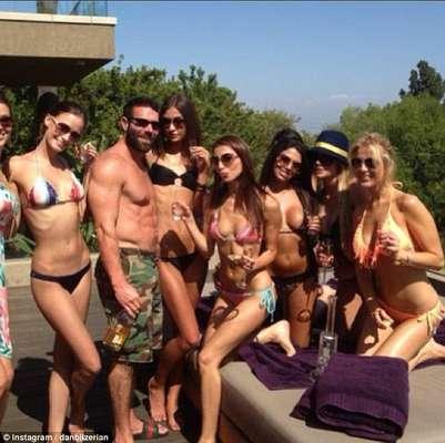 """El millonario Dan Bilzerian (@ danbilzerian) vive como un rey. Diariamente publica fotos de fiestas extravagantes con mucha bebida y mujeres. Muestra su colección de armas, coches, aviones y especialmente los miles de dólares que guarda en casa. Fue apodado por sus seguidores -más de 100.000- como el """"rey de Instagram""""."""
