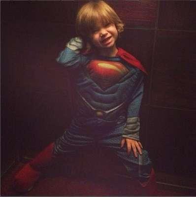 Adriane Galisteu é mãe de Vittorio, de 3 anos. Na legenda da foto, a apresentadora postou: To na boa to segura... Tenho um super homem em casa!!!