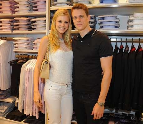 Na noite de terça-feira (4), Cesar Cielo foi com a namorada Kelly Gisch conferir o coquetel de inauguração da loja Highstil no shopping Center Norte, na zona norte da capital paulista