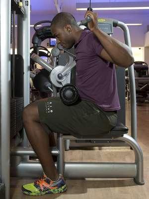 Pulley costasNesse exercício que, como o nome diz, tem como foco a musculatura das costas, os cotovelos devem ficar alinhados com o corpo e direcionados para baixo e o pescoço reto, na linha das costas. Muitas pessoas acabam levando o cotovelo para trás e inclinam o corpo e a cabeça para frente, forçando os ombros e a região cervical