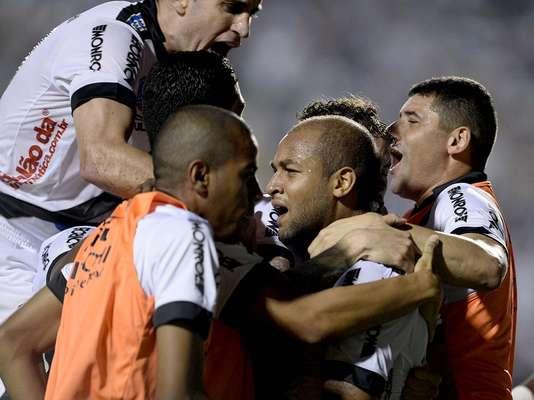 Ponte Preta reage na etapa final após levar gol de falta e, da mesma maneira, empata por 1 a 1 com o Lanús, no Pacaembu, pela primeira final da Copa Sul-Americana