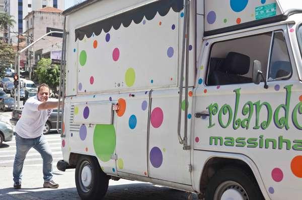 Rolando Vanucci ficou conhecido como Rolando Massinha devido ao sucesso da Kombi, onde vende massas há mais de seis anos no bairro de Perdizes, em São Paulo