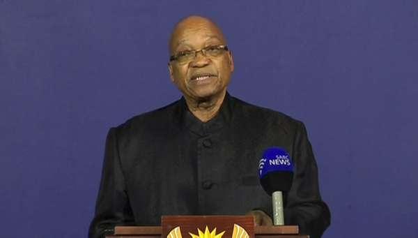 """5 de dezembro - O presidente da África do Sul, Jacob Zuma, anuncia a morte de Nelson Mandela em pronunciamento em Pretória. O líder sul-africano tinha 95 anos. """"Perdemos nosso maior filho"""", disse Zuma"""