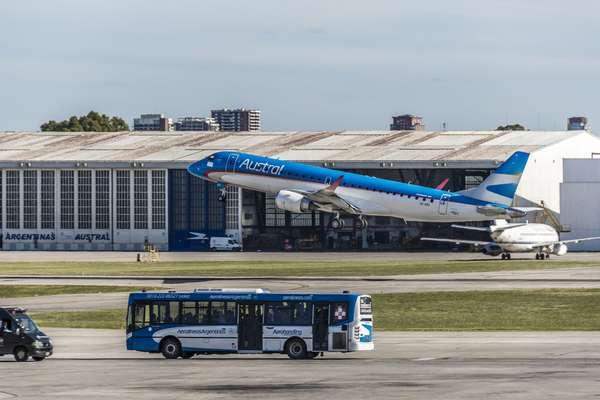 A América do Sul conta com belos destinos que a cada ano atraem mais e mais turistas. Não por acaso, o número de visitantes na região cresceu 9,4% em 2011 e 4,2% em 2012, segundo dados da OMT (Organização Mundial do Turismo). Para dar conta desta crescente demanda, são necessários aeroportos grandes e estruturados. Conheça a seguir os dez melhores aeroportos da América do Sul de acordo com a Skytrax, consultoria britânica de transporte aéreo que anualmente escolhe os melhores terminais aéreos do mundo