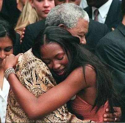 A modelo britânica Naomi Campbell abraça Mandela na casa dele na Cidade do Cabo, em fevereiro de 1998