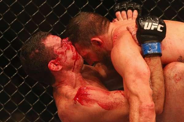 """6/12 - O UFC Fight Night 33, realizado na austrália, deixou o octógono """"banhado"""" de sangue, já que diversos lutadores sofreram ferimentos durante as lutas. Anthony Perosh (esq.) foi um deles"""
