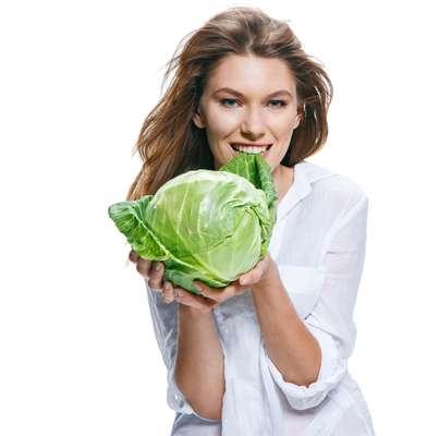 Vegetais escuros, como acelga, couve e espinafre são os mais ricos em cálcio, que é responsável por dentes fortes e sadios