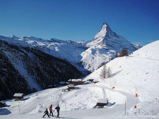 Zermatt, Suíça: considerado um dos melhores resorts de esqui do mundo, Zermatt sedia a mais famosa montanha dos Alpes Matterhorn (ou Cervino) na fronteira da Suiça e Itália. Situada no Cantão de Valais, a cidade combina o encanto romântico do velho mundo com paisagens de tirar o fôlego, ideais para quem procura neve e espaços para praticar o esqui em diferentes níveis. Dois detalhes chamam a atenção: os automóveis ficam em casa, já que na área, os visitantes se locomovem apenas por trenós e carrinhos elétricos; e a cidade abriga hoje uma ampla colônia de portugueses, então comunicar-se por lá poderá ser mais fácil do que o esperado
