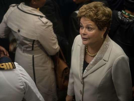 A presidente Dilma Rousseff liderou a comitiva brasileira, que conta com quatro ex-presidentes, na chegada ao estádio FNB para a cerimônia de despedida de Mandela