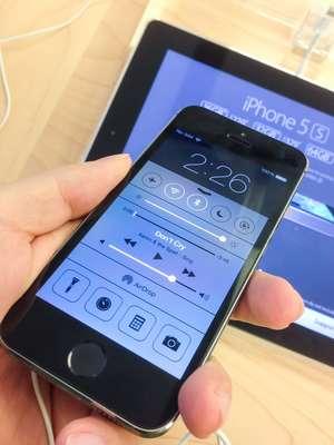 No Brasil, um iPhone 5S custa a partir de R$ 2.799. Em comparação com os outros países do mundo, é o país onde o aparelho é vendido mais caro. Na Apple Store do Brasil, o valor pode ser parcelado em até 12 vezes