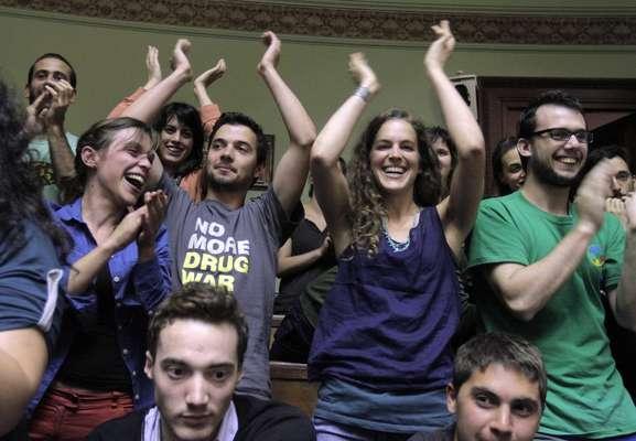 A aprovação foi recebida por aplausos dos 150 militantes a favor da legalização que ocuparam as galerias para assistir ao debate