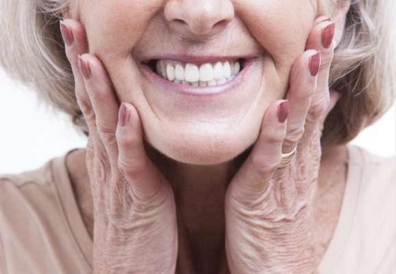 Quando chega a hora de procurar por substitutos dos dentes, pode haver dúvidas entre qual opção escolher. Existem as próteses fixas, as móveis e os implantes