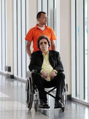Cauby Peixoto, 82 anos, foi clicado no aeroporto de Congonhas nesta quinta-feira (12), ao desembarcar na capital paulista. De cadeira de rodas, o cantor foi empurrado por um homem e sorriu ao perceber a presença do fotógrafo