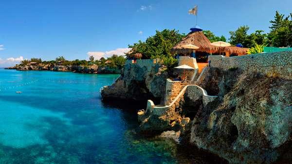 The Caves, JamaicaPara muitos, o The Caves é o hotel mais romântico de toda a Jamaica, com seus 12 bangalôs escondidos em meio a jardins exuberantes ao longo de penhascos imponentes