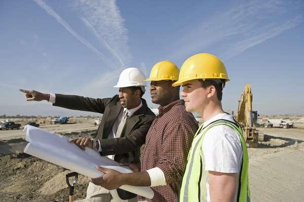 O arquiteto ou engenheiro é quem vai controlar a equipe toda, por isso, tem que ser alguém de extrema confiança. A opinião dele vai contar muito na contratação dos outros profissionais