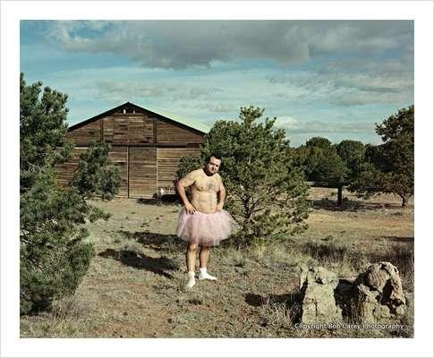 Bob Carey es un estadounidense que, tras enterarse que su esposa fue diagnosticada de cáncer de mama, decidió hacer sonreír a la mujer que ama con graciosas fotos.
