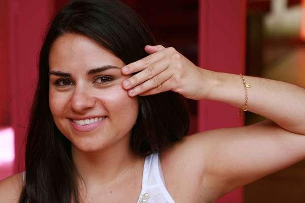 Hidratação facial feita com sérum de vitamina C hidrata, clareia e dá mais firmeza à pele