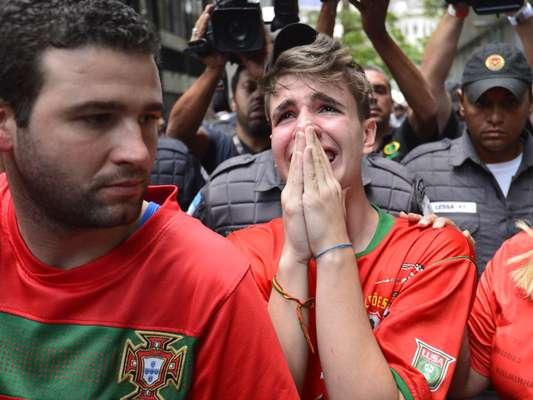 Torcida da Portuguesa foi ao STJD acompanhar julgamento e chorou com decisão do tribunal de rebaixar clube paulista
